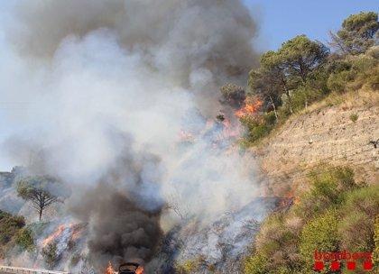 Las dotaciones aéreas se retiran del fuego de Capellades con el ocaso y siguen 50 terrestres