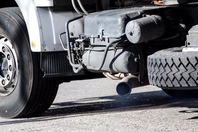 Tubo de escape de un camión emitiendo polución.