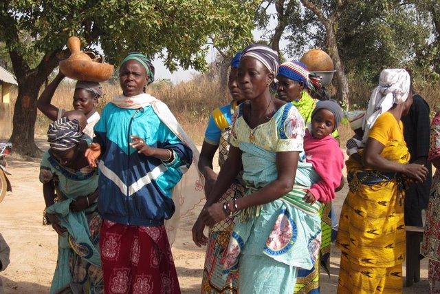 Mujeres con niños bailan una danza africana en la región de Fo, en la mitad norte de Benín, África