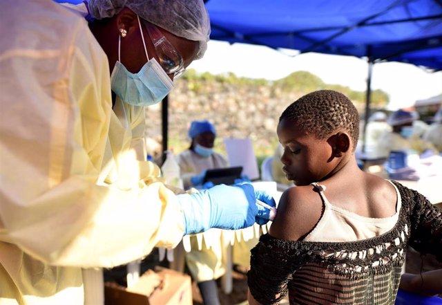 Una trabajadora congoleña vacuna a un niño contra el ébola en Goma
