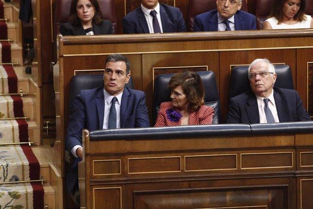 El presidente, la vicepresidenta y el ministro de Asuntos Exteriores y UE en funciones, Pedro Sánchez, Carmen Calvo y Josep Borrell, durante la segunda y definitiva votación para su investidura del candidato socialista a la Presidencia del Gobierno.