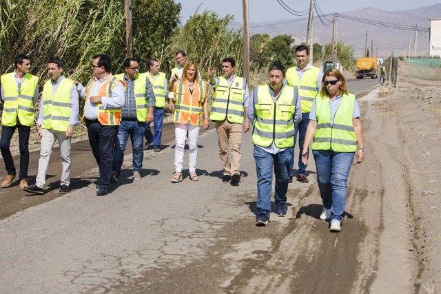 García recorre algunos de los caminos rurales en Níjar sobre los que actúa Diputación