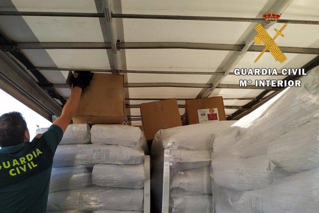 Cajas de cartón con marihuana localizadas en el interior del camión