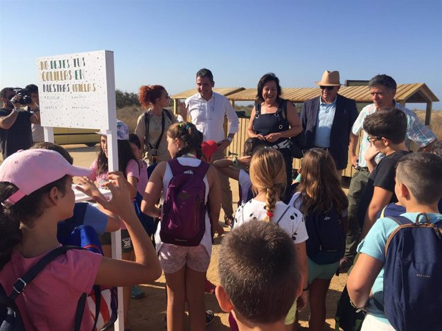 Alumnos de la Escuela de Exploradores en Marismasl del Odiel.