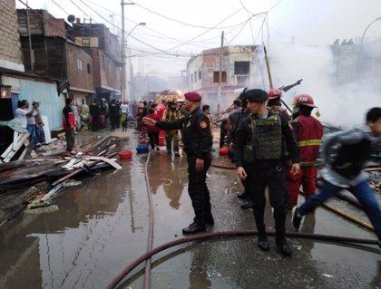 Destruidas al menos 200 viviendas a causa de un incendio en los alrededores de la capital de Perú