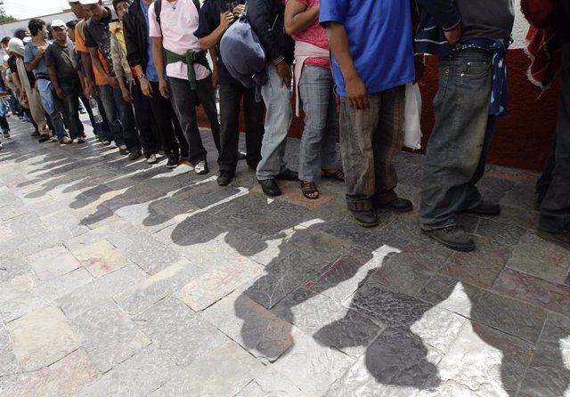 Inmigrantes esperando a cruzar la frontera mexicana hacia Estados Unidos.