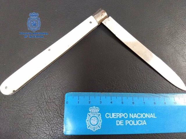 Cuchillo intervenido por la Policía Nacional después de que un hombre amenazara a una mujer en la calle en Pamplona.