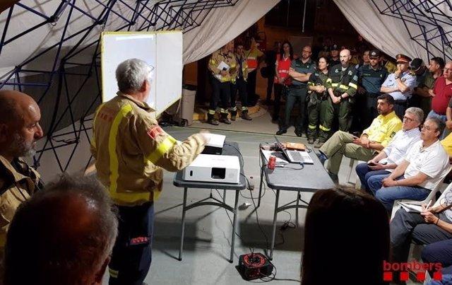 Efectius treballen per controlar l'incendi de Capellades