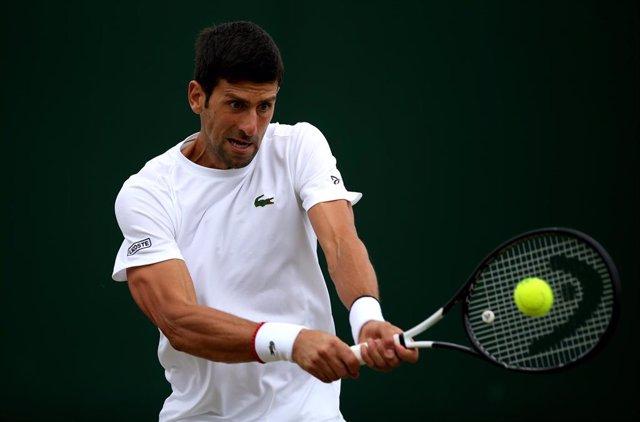 Novak Djokovic ejecuta un golpe en un entrenamiento