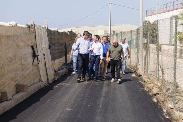Liria y Cortés visitan las obras en caminos rurales en Adra