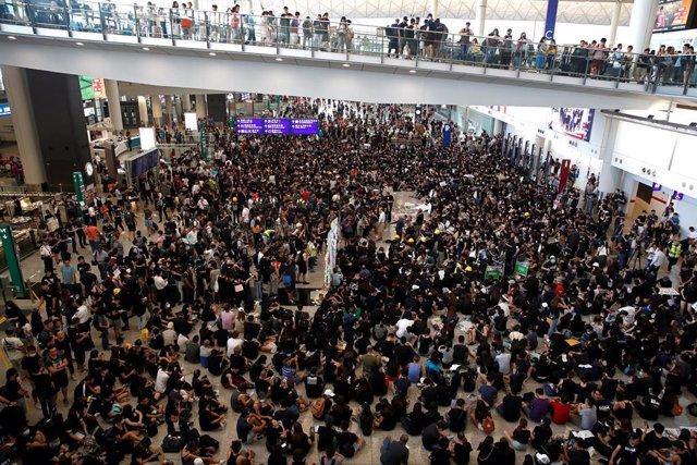 "China.- Cientos de manifestantes se concentran en el aeropuerto de Hong Kong al grito de ""Hong Kong libre"""