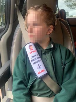 Natalie, madre de una niña con sordera, crea cinturones de seguridad adaptados a