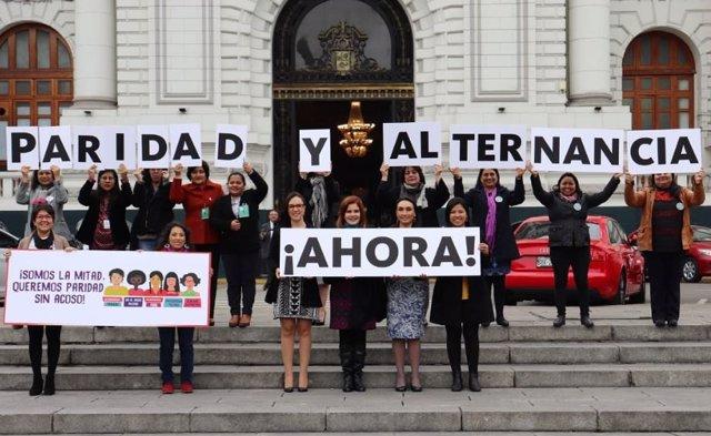 Congresistas mujeres haciendo campaña por la paridad y alternancia