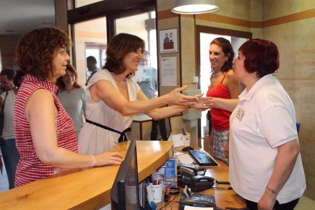 La portavoz del Ejecutivo de C-LM, Blanca Fernández, visita el Centro de la Mujer de Alcázar de San Juan.