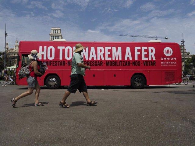 Bus de la campaña de Òmnium 'Ho tornarem a fer'