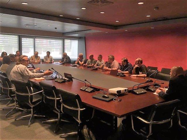 El comitè d'empresa d'Iberia, l'adreça de la companyia i representants de la Conselleria de Territori, d'Aena i de la Subdelegació del Govern de Barcelona