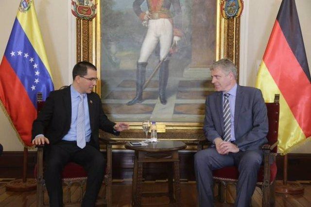 El ministro de Exteriores de Venezuela, Jorge Arreaza, y el embajador alemán en Caracas, Daniel Kriener