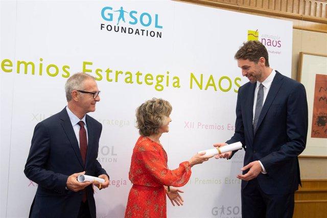 María Luisa Carcedo entrega a Pau Gasol el Premio de Especial Reconocimiento de la Estrategia NAOS por su liderazgo en la difusión de hábitos saludables.