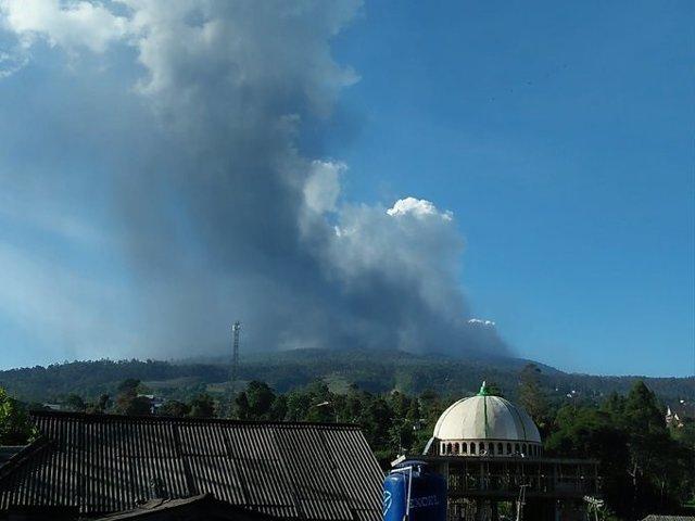 El volcán indonesio Tangkuban Perahu entra en erupción