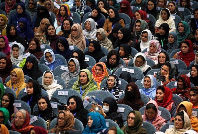 Mujeres afganas en una asamblea consultiva