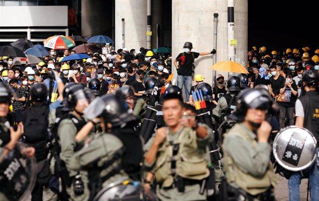 Manifestantes en Hong Kong marchan hacia la localidad de Yuen Long