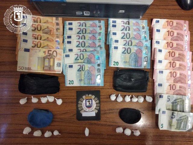 La Policia Municipal requisa 19 bolsas de cocaína y 570 euros a un hombre que estaba en el Paseo de Recoletos.