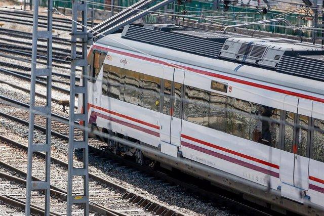 Un tren de renfe en los andenes de la estación de Puerta de Atocha durante el paro de 24 horas convocado por el sindicato CCOO en el grupo Renfe que ha obligado a la operadora ferroviaria a suspender la circulación de 320 trenes de pasajeros de los 990 pr