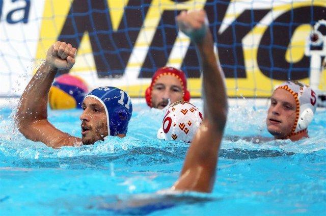 Los jugadores de Italia celebran un gol ante España en la final del Mundial de waterpolo.