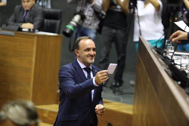 El candidato de Navarra Suma a la Presidencia del Gobierno foral, Javier Esparza, durante la sesión de constitución del Parlamento de Navarra.