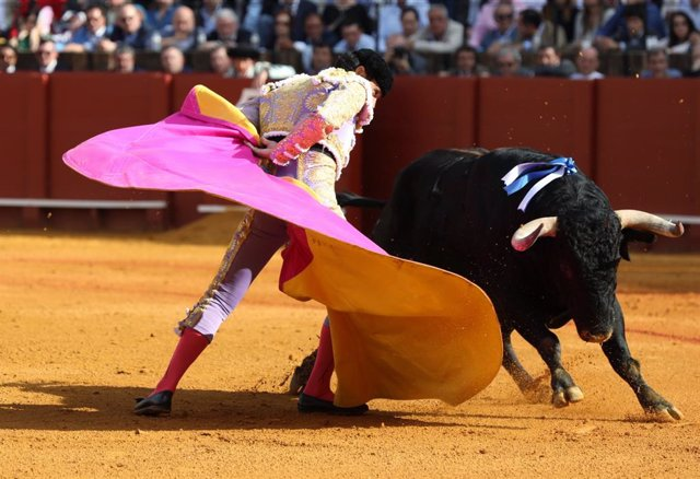 """El diestro Manuel Jesús """"El Cid"""" dando un pase con el capote en su primer toro. Imagen de archivo."""
