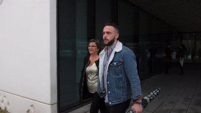 Ángeles Muñoz y su hijo Cristian Menacho al salir de juzgados