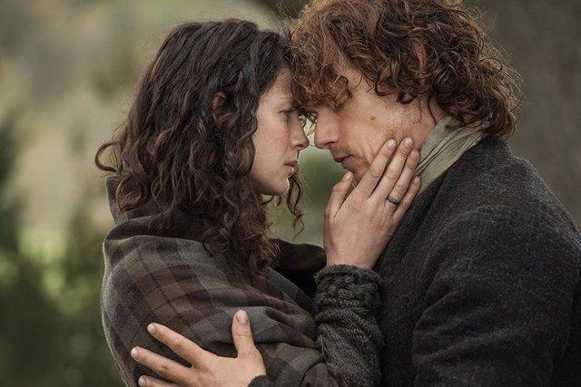 Catriona Balfe y Sam Heughan en Outlander