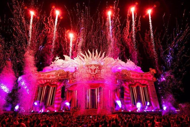 Tercera edició del festival de música electrnica Tomorrowland Barcelona, amb la temtica circense 'Amicorum Spectaculum'.