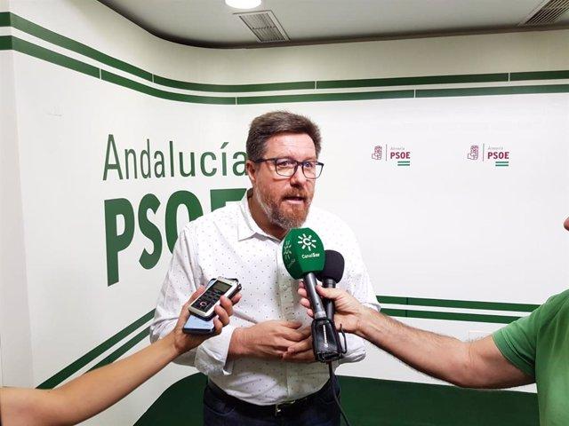 El portavoz adjunto del Grupo Parlamentario Socialista, Rodrigo Sánchez Haro, atiende a periodistas