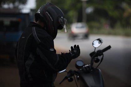 La DGT quiere aumentar este mismo año la sanción a motoristas por no llevar casco y obligarles a usar guantes