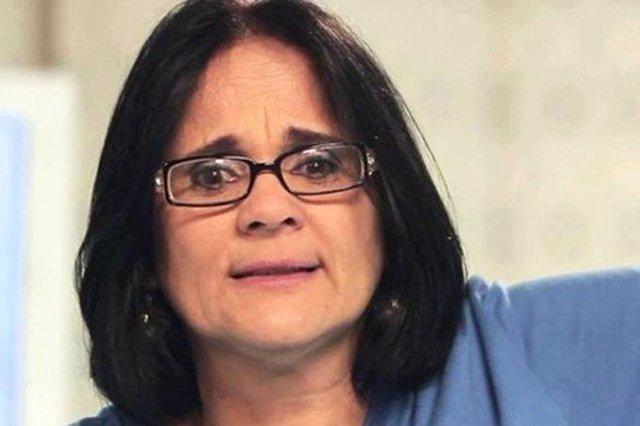 """La ministra de la Mujer, la Familia y los Derechos Humanos de Brasil, Damares Alves, produjo una grna polémica este jueve al aparecer festejando en un vídeo el inicio de una """"nueva era"""" en Brasil, en la que el """"niño viste de azul y niña de rosa"""""""