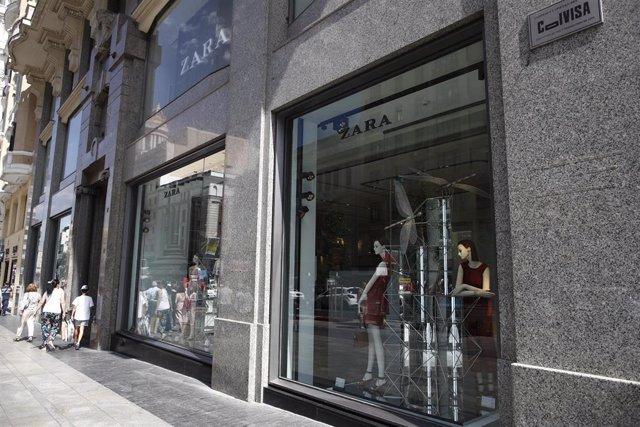 Escaparate de una de las tiendas de la marca de ropa ZARA donde las rebajas de verano 2019 ya han empezado.