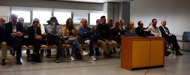 El exconseller de Solidaridad y exportavoz del PP en Les Corts, Rafael Blasco (con gafas, en el extremo derecho de la foto) en el juicio