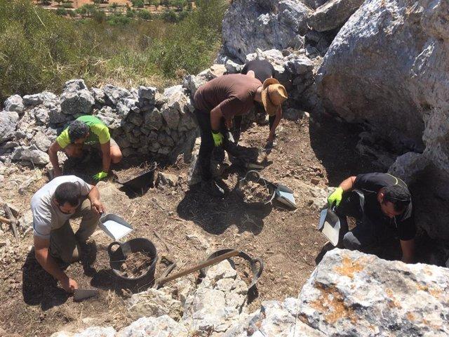 Equipo de arqueólogos e historiadores excavan la primera trinchera de la guerra civil en Mallorca en Son Carrió (Sant Lloren).