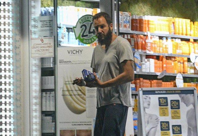 Borja Thyssen saliendo de una Farmacia en el día de su cumpleaños