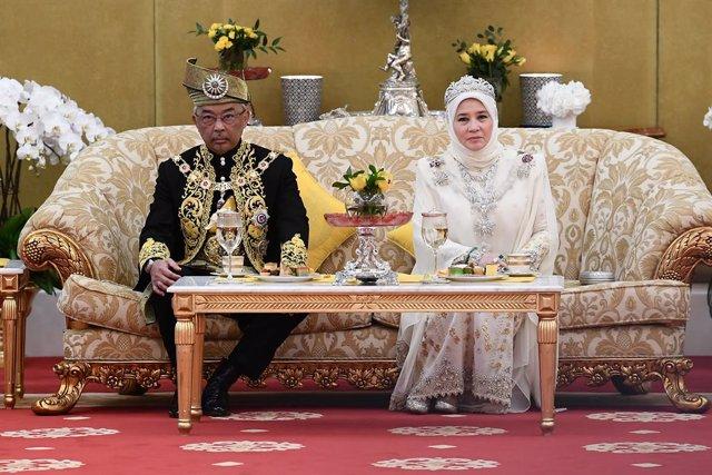 EL nou rei de Malisia, Sult Abdulá, al costat de la seva dona Tunku Azizá, en la cerimnia en el Palau Nacional, a Kuala Lumpur