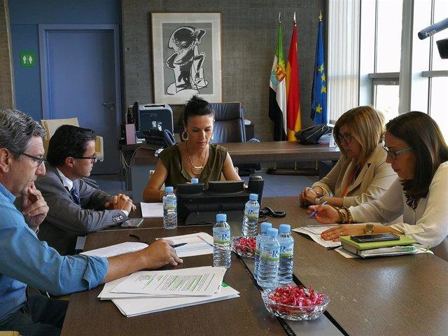 Reunión de la consejera de Educación y Empleo, Esther Gutiérrez con los presidentes de las Diputaciones de Badajoz y Cáceres para abordar la nueva línea de acción que sustituya al Plan de Empleo Social