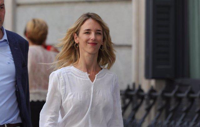 La diputada del Partit Popular per Barcelona, Cayetana Álvarez de Toledo, arriba al Congrés dels Diputats, hores prèvies a la segona votació per a la investidura del candidat socialista a la Presidència del Govern.