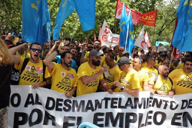 Tras once etapas, la 'Marcha del Aluminio' de los trabajadores de la factoría de Avilés, llega a las puertas del Ministerio de Industria, donde  , los miembros del Comité de Empresa hacen llegar sus demandas a las instancias gubernamentales a siete días d