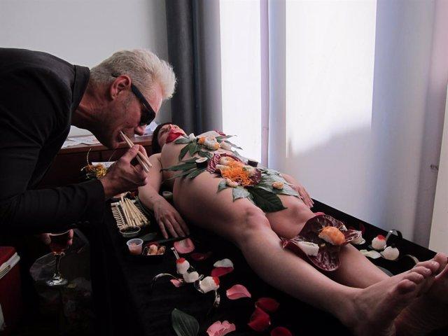 Vidal degustando un body sushi en la presentación del Salón Erótico de Valencia