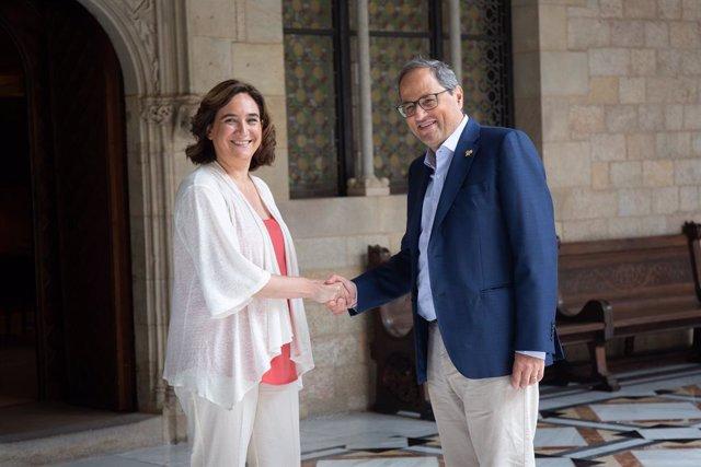 El president de la Generalitat, Quim Torra i l'alcaldessa de Barcelona, Ada Colau, se saluden abans de la reunió en el Palau de la Generalitat.
