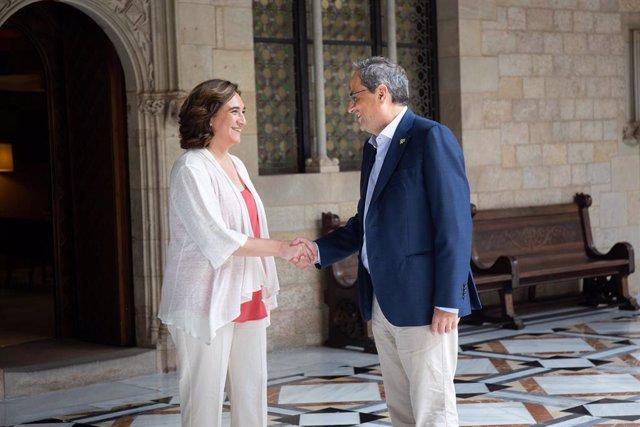El president de la Generalitat, Quim Torra i l'alcaldessa de Barcelona, Ada Colau, se saluden abans de la reunió en el Palau de la Generalitat