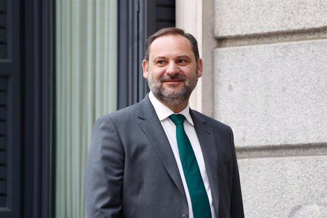 El secretario de Organización y ministro de Fomento en funciones, José Luis Ábalos, en el exterior del Congreso de los Diputados antes de la segunda sesión del debate de investidura del candidato socialista a la Presidencia del Gobierno.