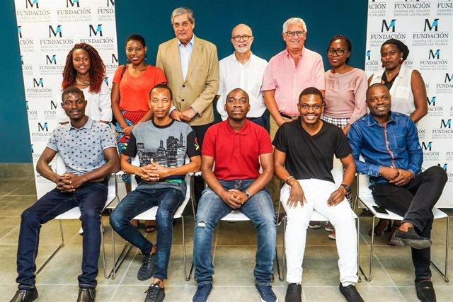 En el centro, de izquierda a derecha, el presidente del Colegio, Pedro Cabrera, el  responsable del proyecto, Luis López Rivero, y el vocal de Cooperación Internacional, Juan Ignacio Pintado, con estudiantes y médicos de Mozambique