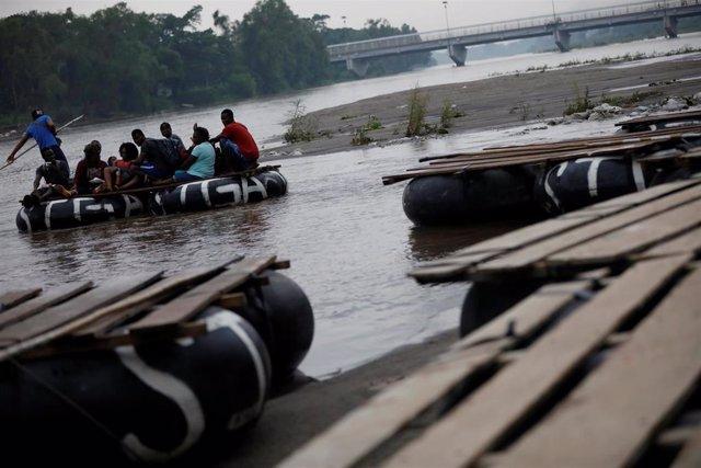 Migrantes cruzan la frontera de Guatemala con México en el río Suchiate